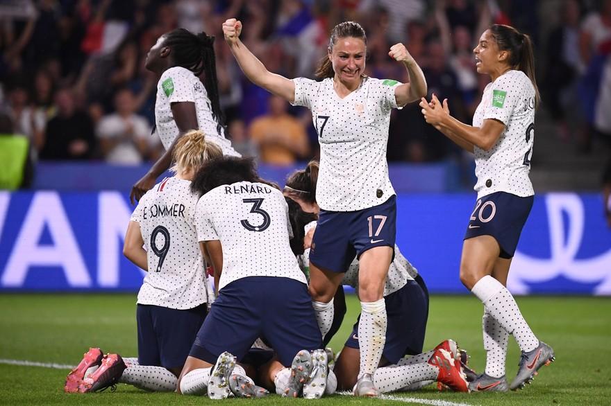 Mondial de foot féminin: la France s'impose 2 -1 face au Brésil