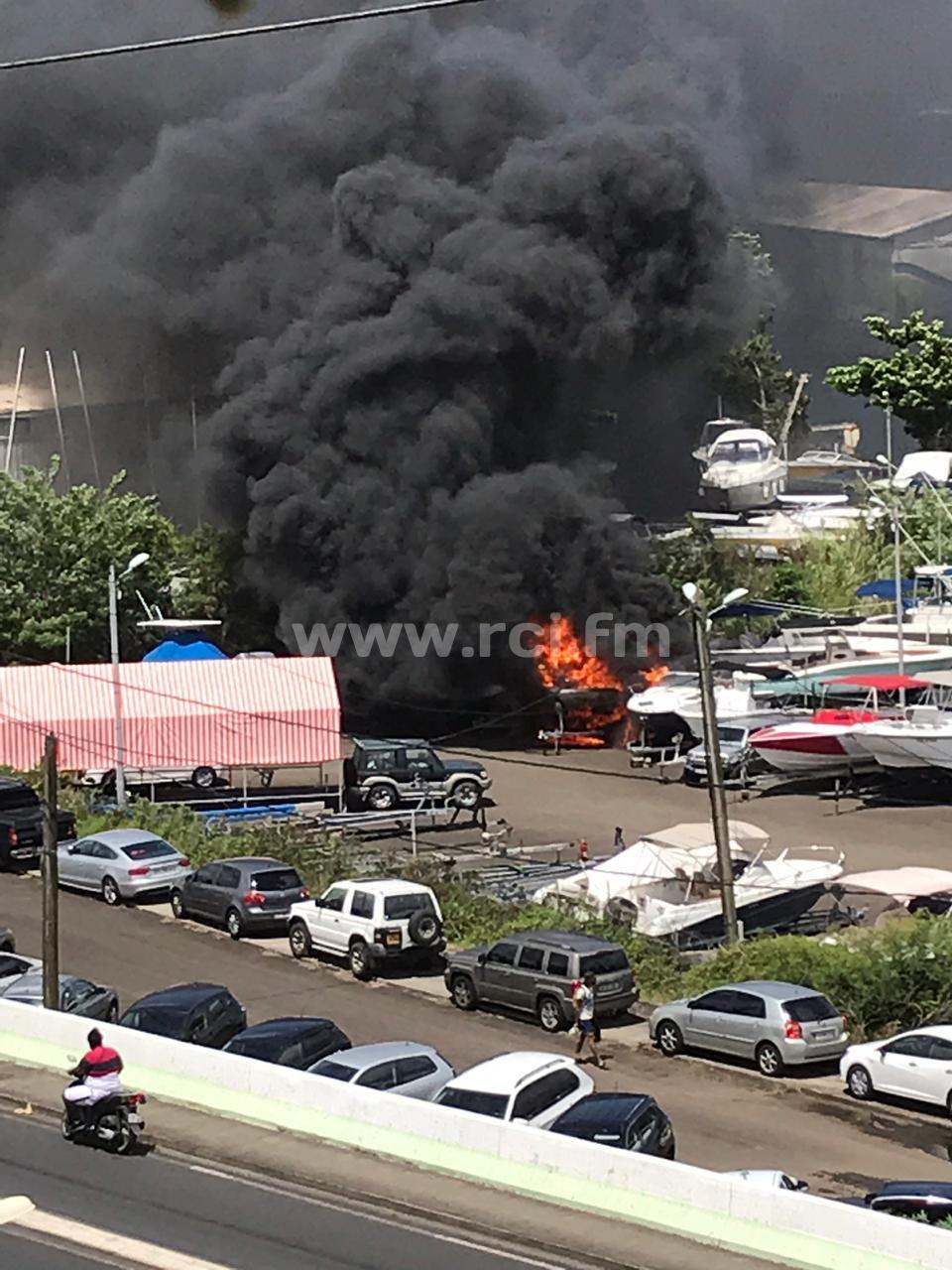 Un bateau prend feu sur la marina à proximité de la Baie des Tourelles à Fort-de-France