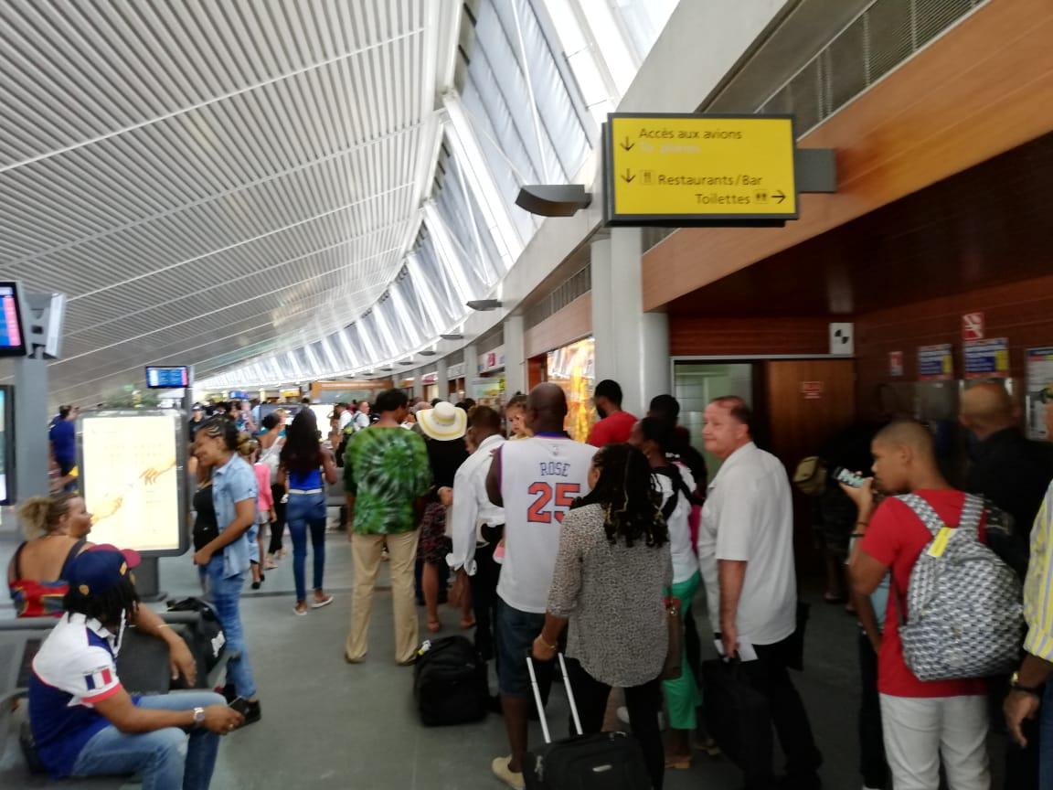 Les départs en vacances et des contrôles approfondis provoquent d'interminables queues à l'aéroport