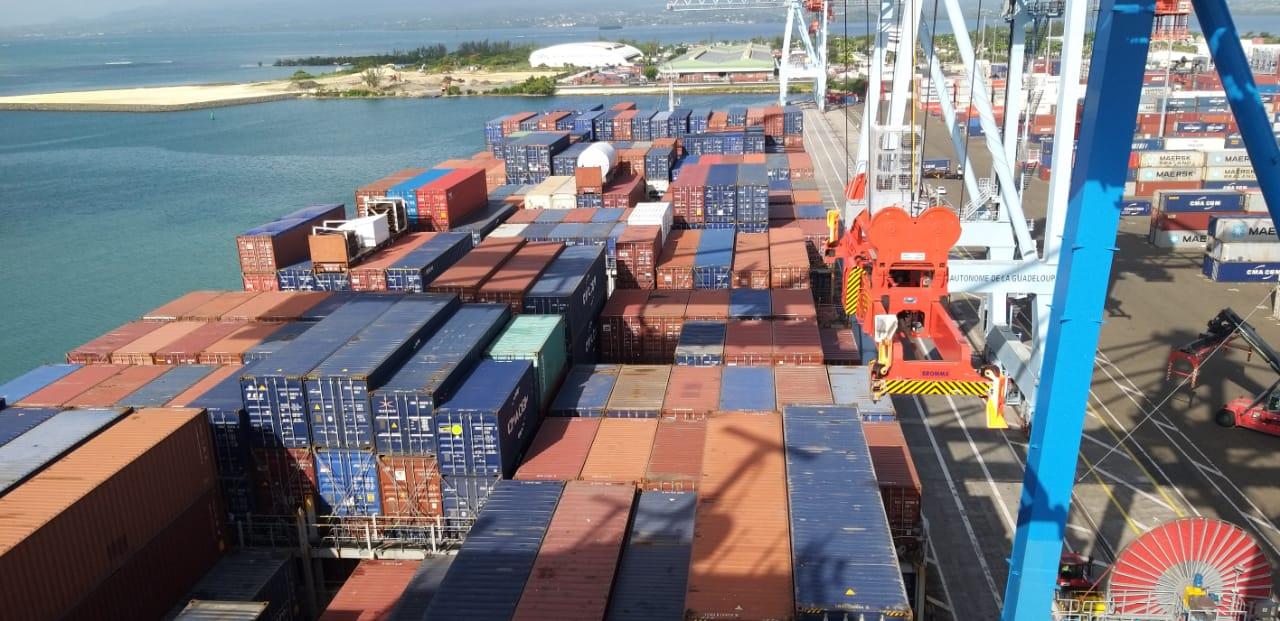 Un porte-conteneur géant fait escale pour la première fois en Guadeloupe