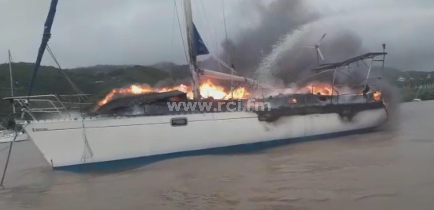 Un bateau en feu au Marin