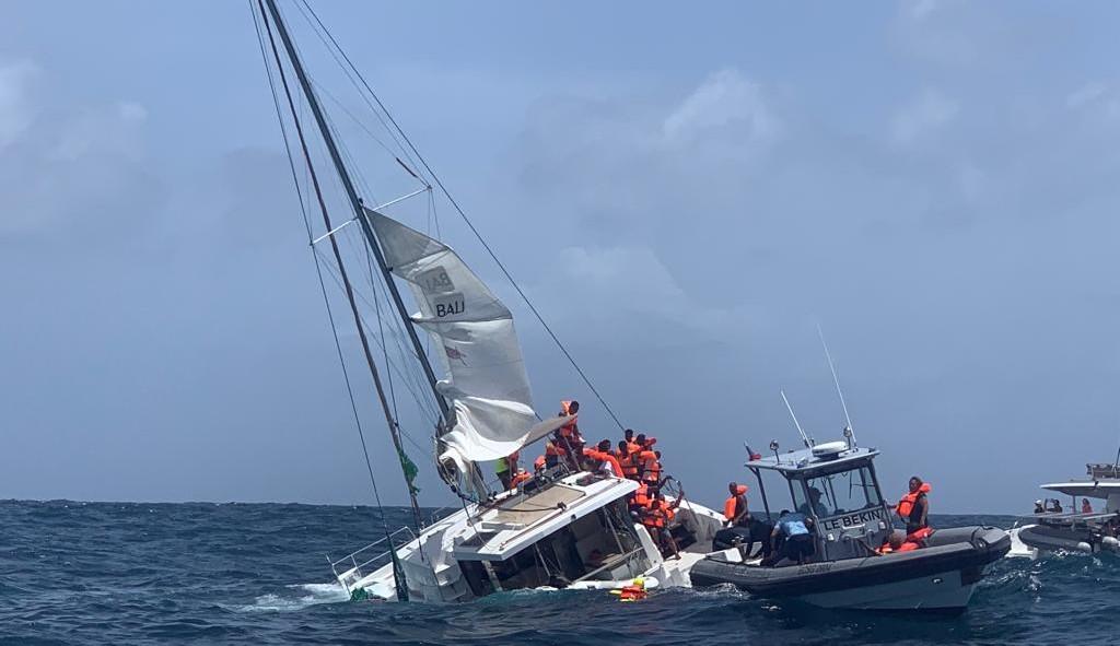 Un catamaran en train de couler au niveau du Cap Ferré à Sainte-Anne (VIDEO)
