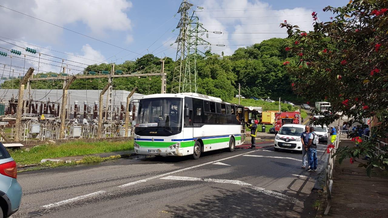 Un bus du réseau Mozaïk prend feu près du stade de Schoelcher