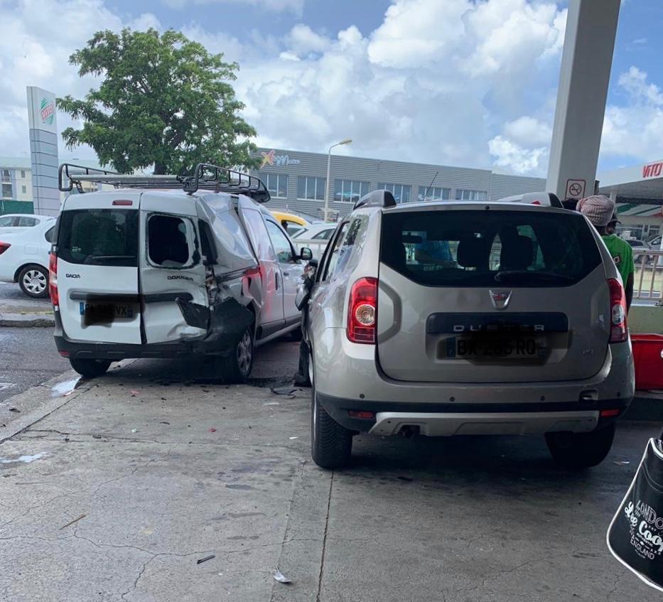 Deux véhicules impliqués dans un accident à la station Vito de l'aéroport