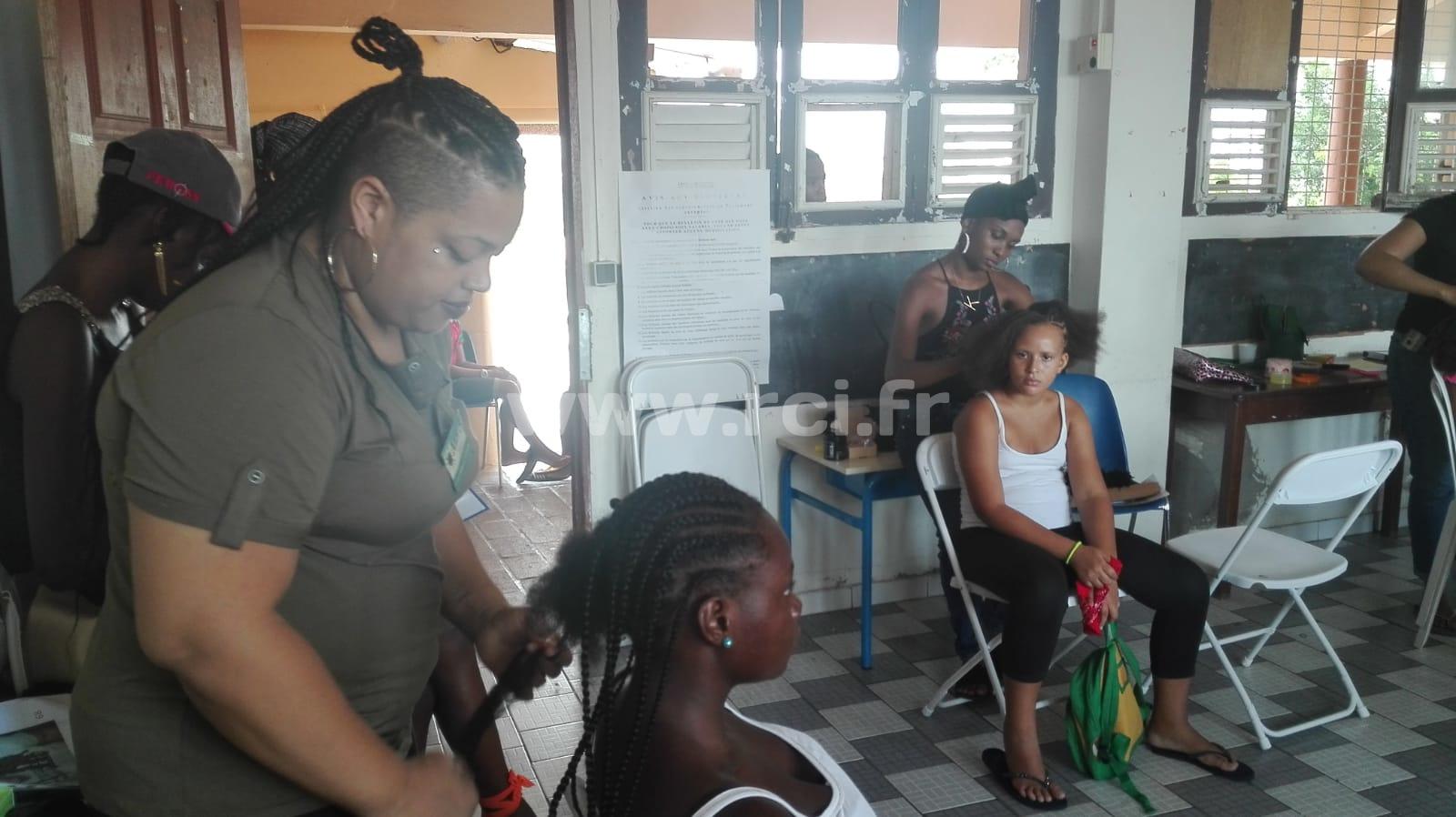 Une séance de coiffure solidaire pour les fillettes des Trois Ilets