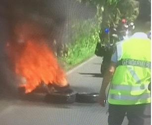 Un barrage de pneus enflammés à Sainte-Rose perturbe le Tour Cycliste