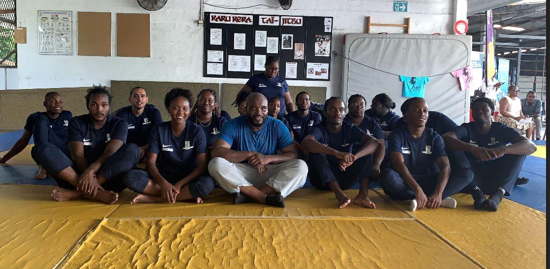 Jean-Marck Mormeck donne une leçon de boxe à des jeunes en formation