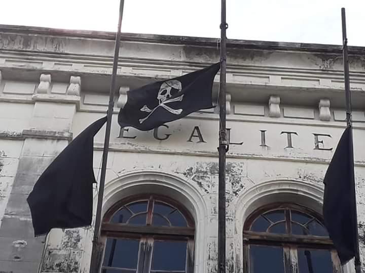Trois drapeaux pirates hissés puis retirés sur le fronton de l'ancien palais de justice de Fort-de-France