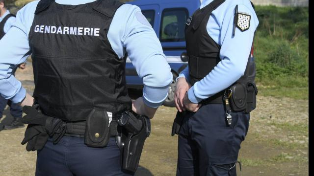 Un homme retrouvé pendu mais avec des traces suspectes au visage