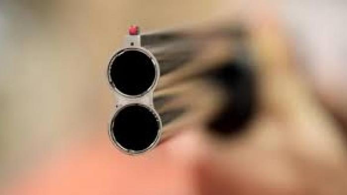 Des lycéens braquent au fusil des lycéens à la Jaille