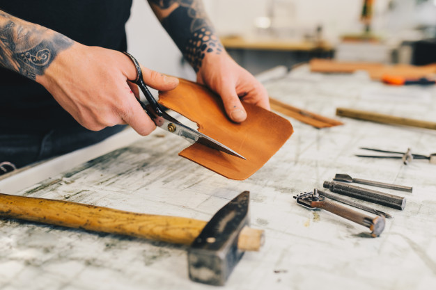 Un artisan surprend un cambrioleur et use de ses outils