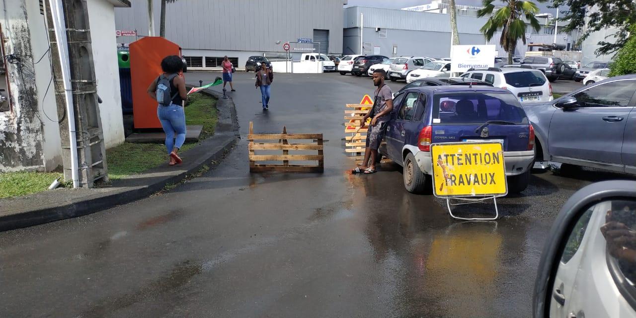 Mobilisation devant le centre-commercial Carrefour Dillon