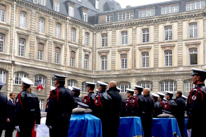 Emmanuel Macron rend hommage aux victimes de la tuerie de la Préfecture de Police de Paris