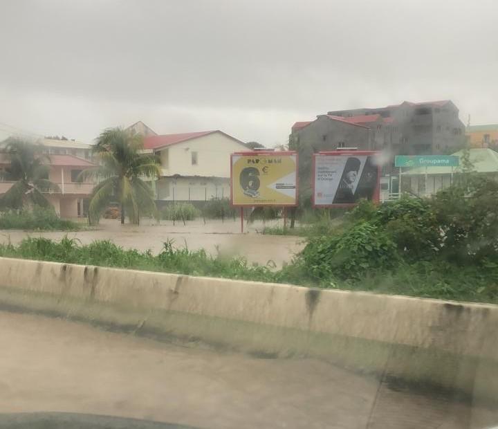 Vigilance orange : la RN5 à Rivière-Salée inondée
