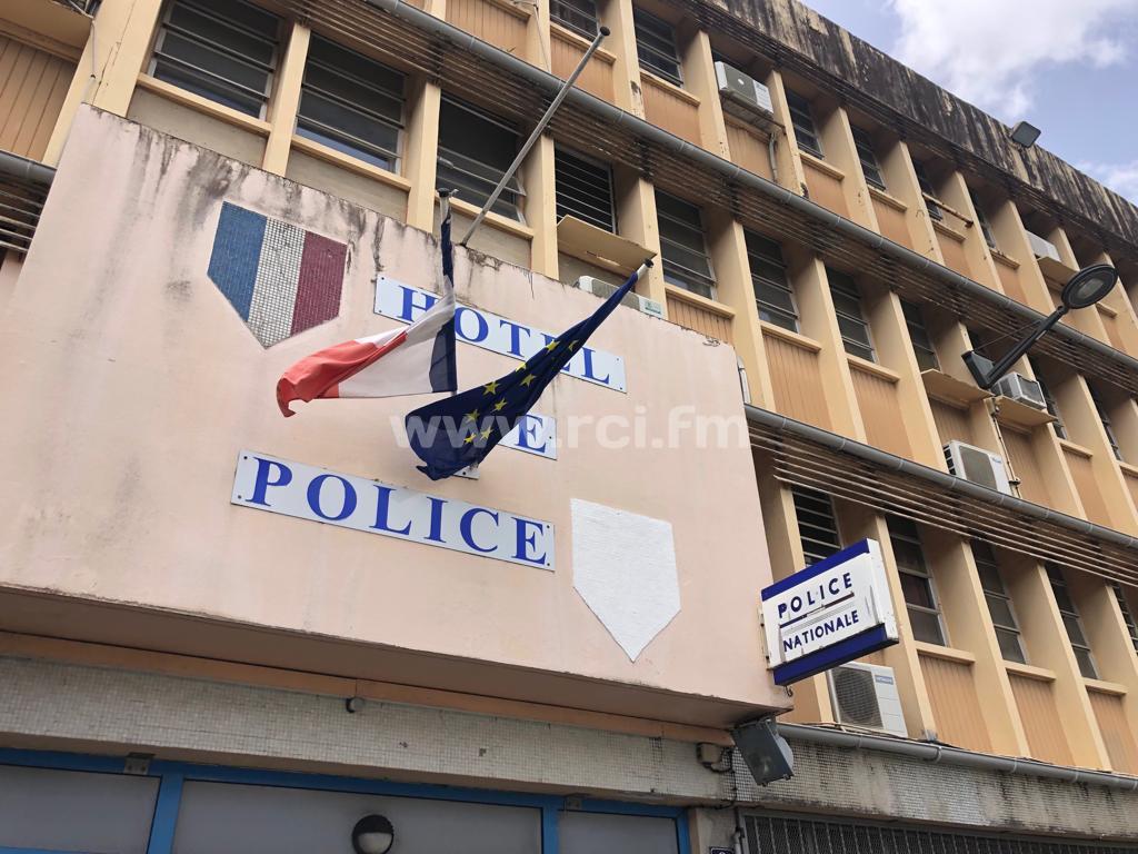 Les quatre serpents ont disparu du fronton du commissariat de police de Fort-de-France