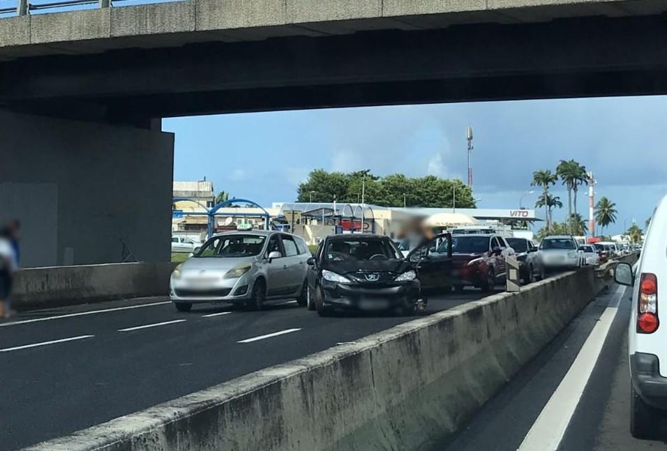 Un accident entre les deux stations-service de l'aéroport provoque d'importants embouteillages