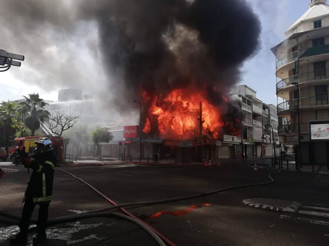 Le magasin SFR à côté de l'incendie visé par des cambrioleurs