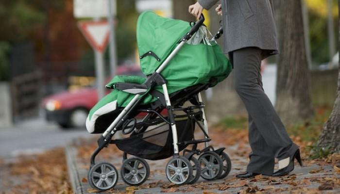 Un chauffard percute une femme avec un bébé dans une poussette