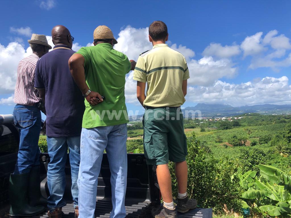 Visite de terrain pour proposer des solutions à la gestion de l'eau à Ducos