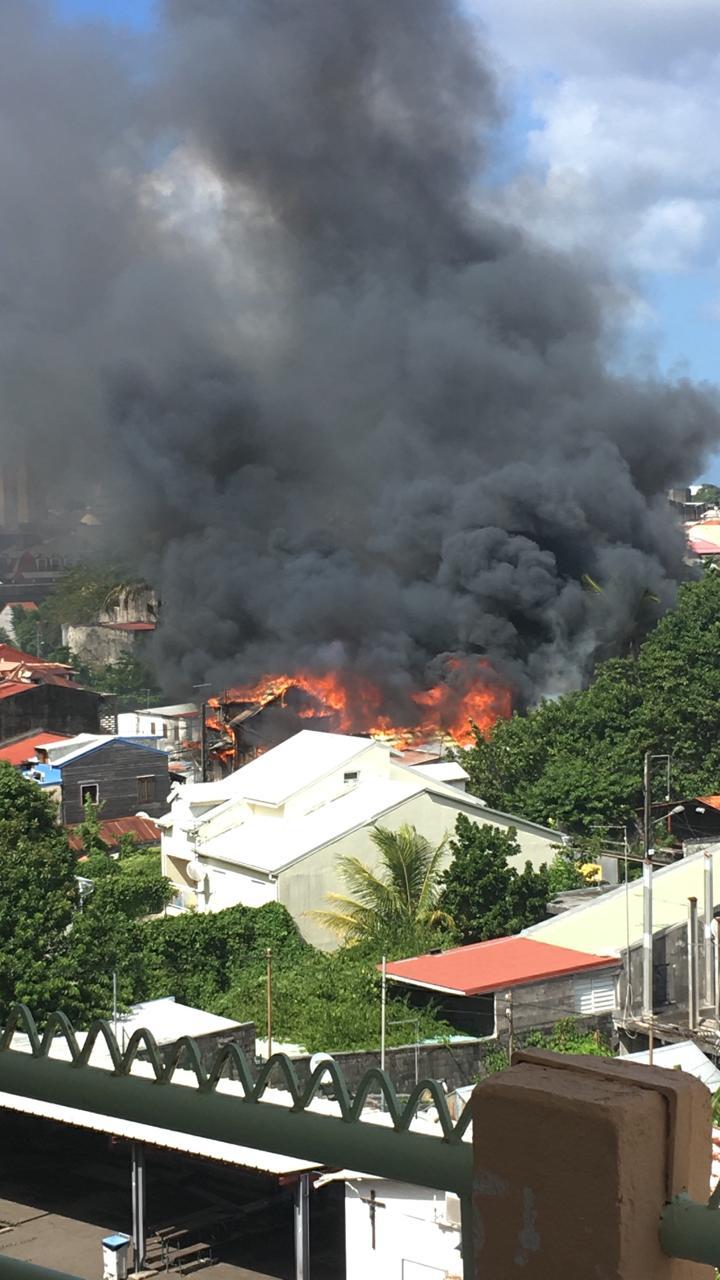 Spectaculaire incendie en cours à Pointe-à-Pitre (vidéos)