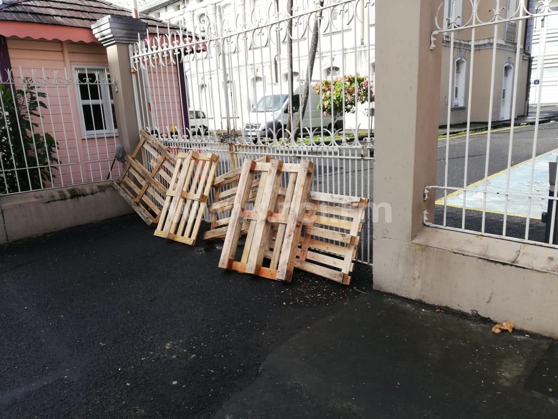 Des sociétés de pompes funèbres protestent contre le blocage de la mairie de Fort-de-France ce mardi matin