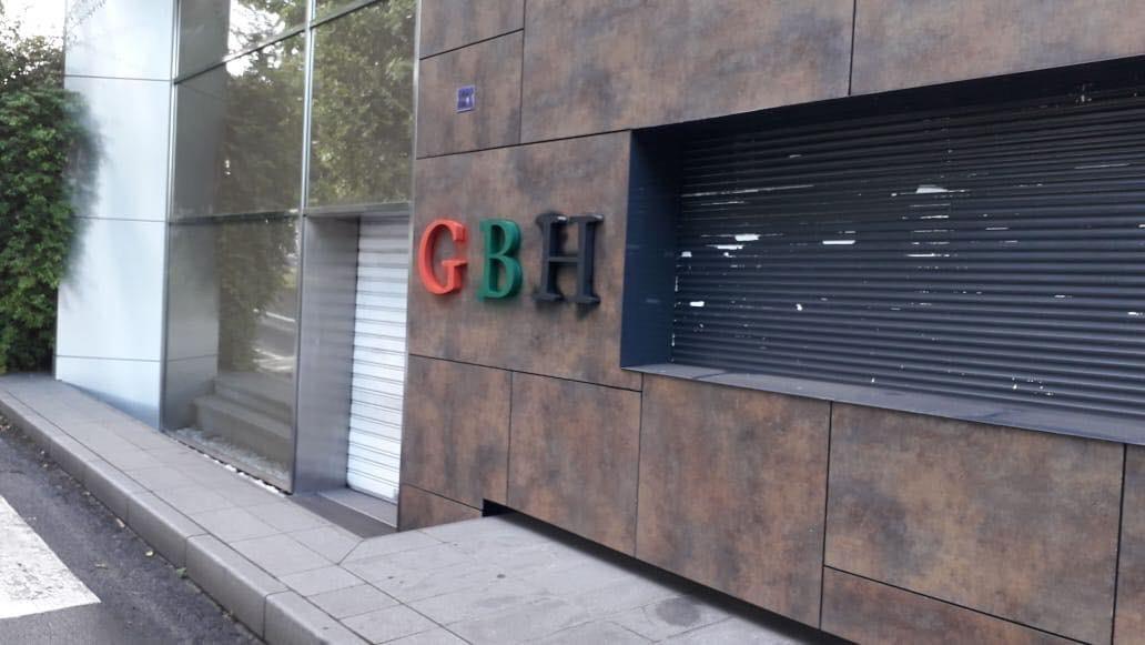 Les sigles GBH sur la façade du siège du Groupe Bernard Hayot repeints en rouge vert noir