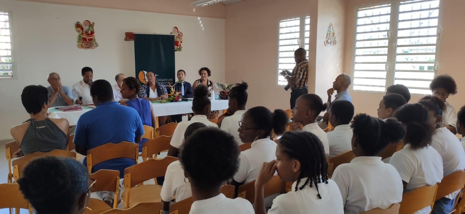 Numérique à l'école : des collégiens reçoivent des tablettes