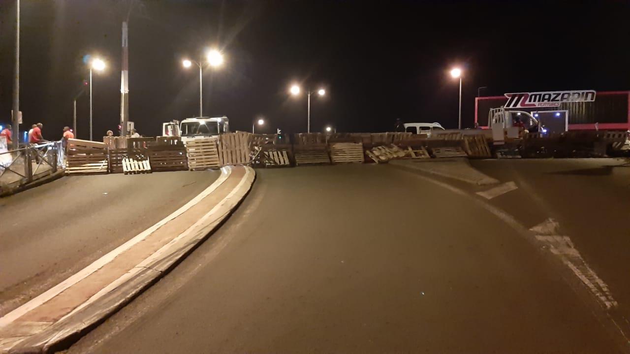 Transports, zones commerciales, raffinerie : un jeudi de blocage en Martinique en images