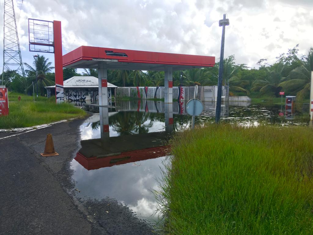 Dengue : une station service inondée crée la polémique à Jarry