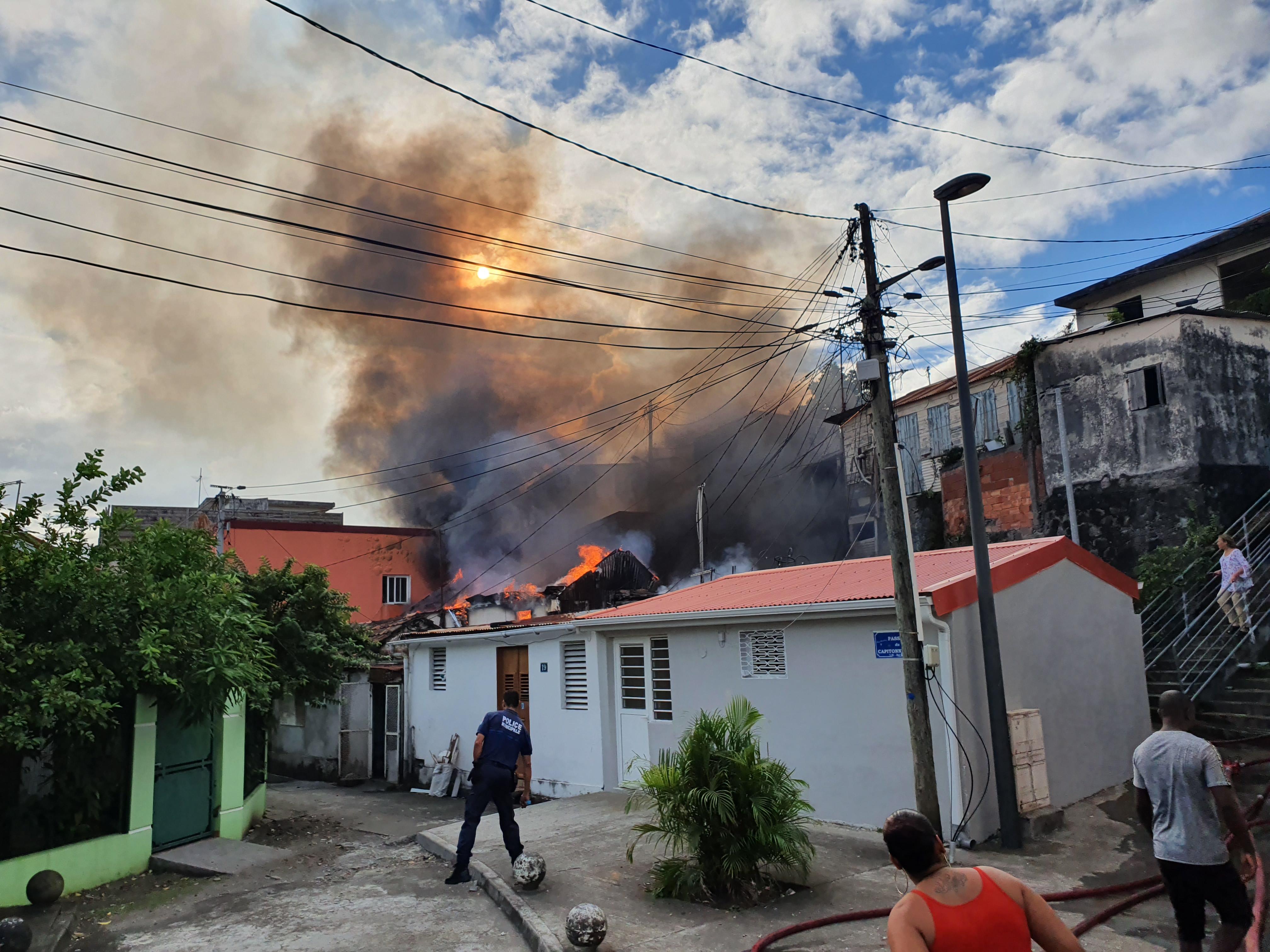 Une maison ravagée par les flammes à Fort de France