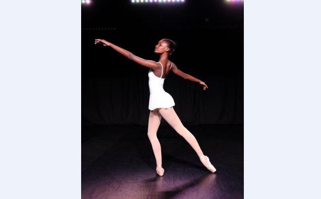 À Cuba, Louane apprend la danse classique à grands pas