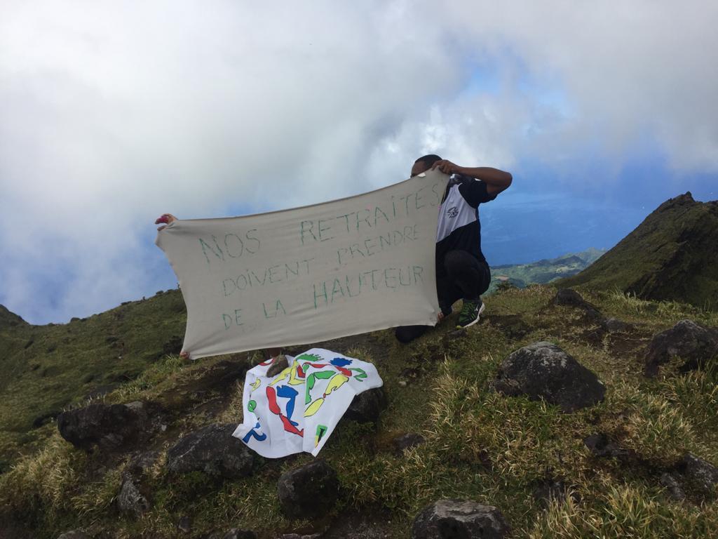 Des professeurs d'EPS au sommet de la montagne Pelée pour dire non à la réforme des retraites