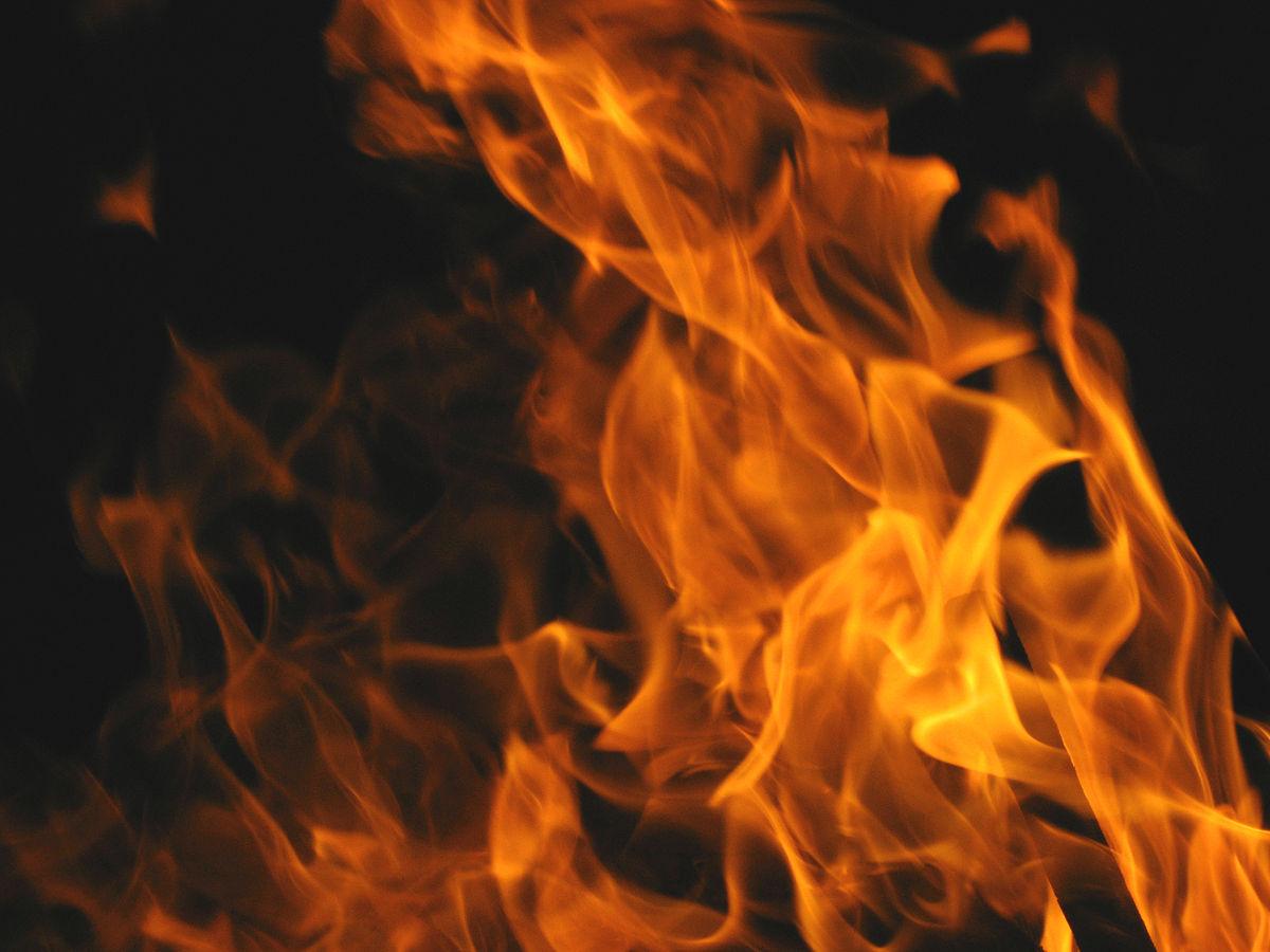 Une femme aspergée d'essence, grièvement brûlée