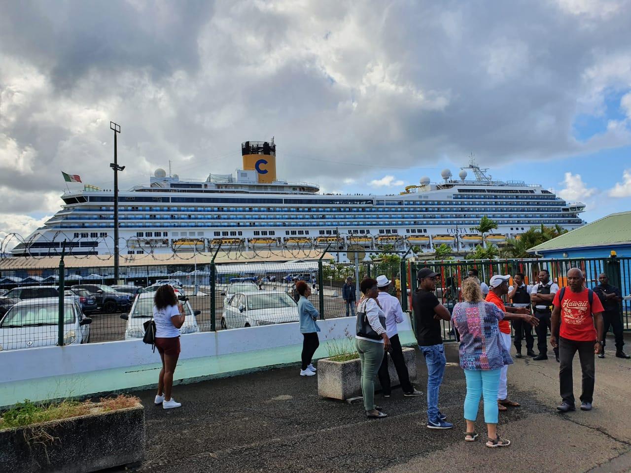 Après contrôle des autorités sanitaires, les passagers du Costa Magica descendent du navire