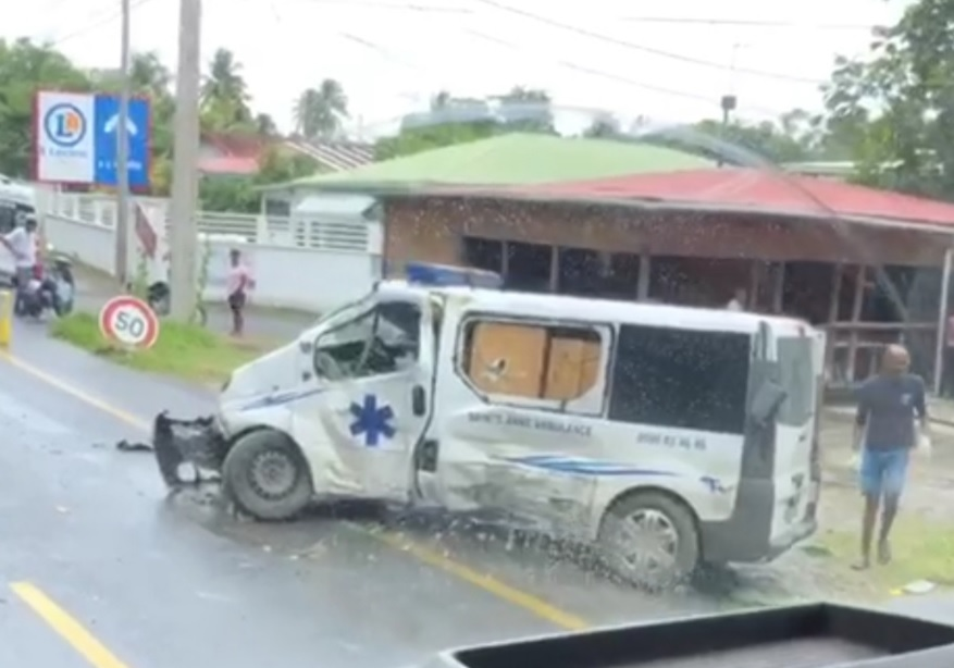 Accident sur la Riviera au Gosier : ambulance contre poteau
