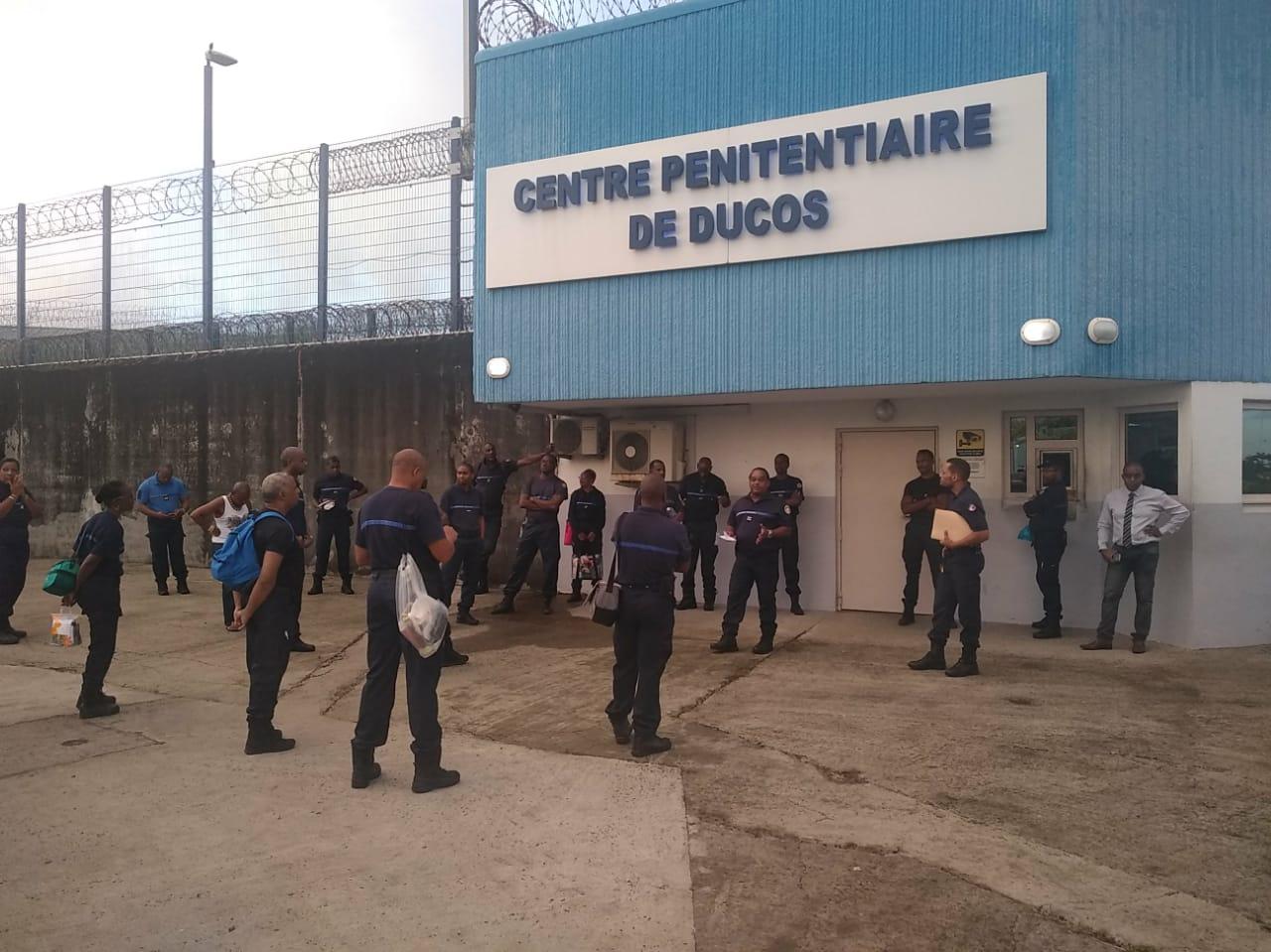 Des agents pénitentiaires mobilisés devant la prison de Ducos