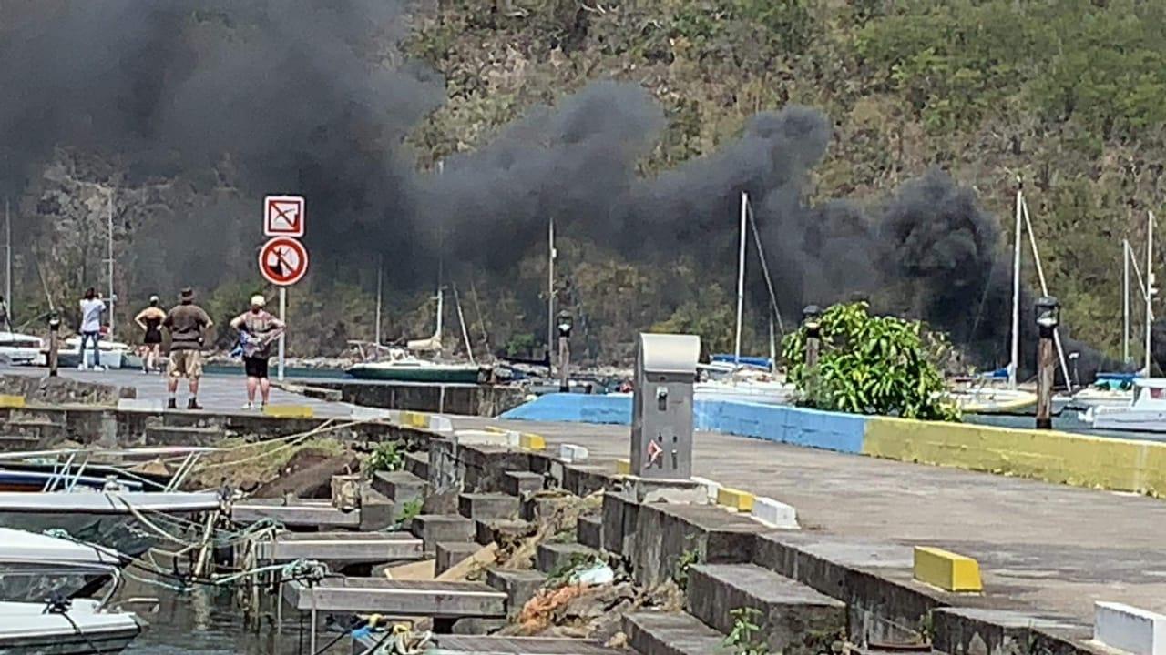 Un voilier en feu à Deshaies