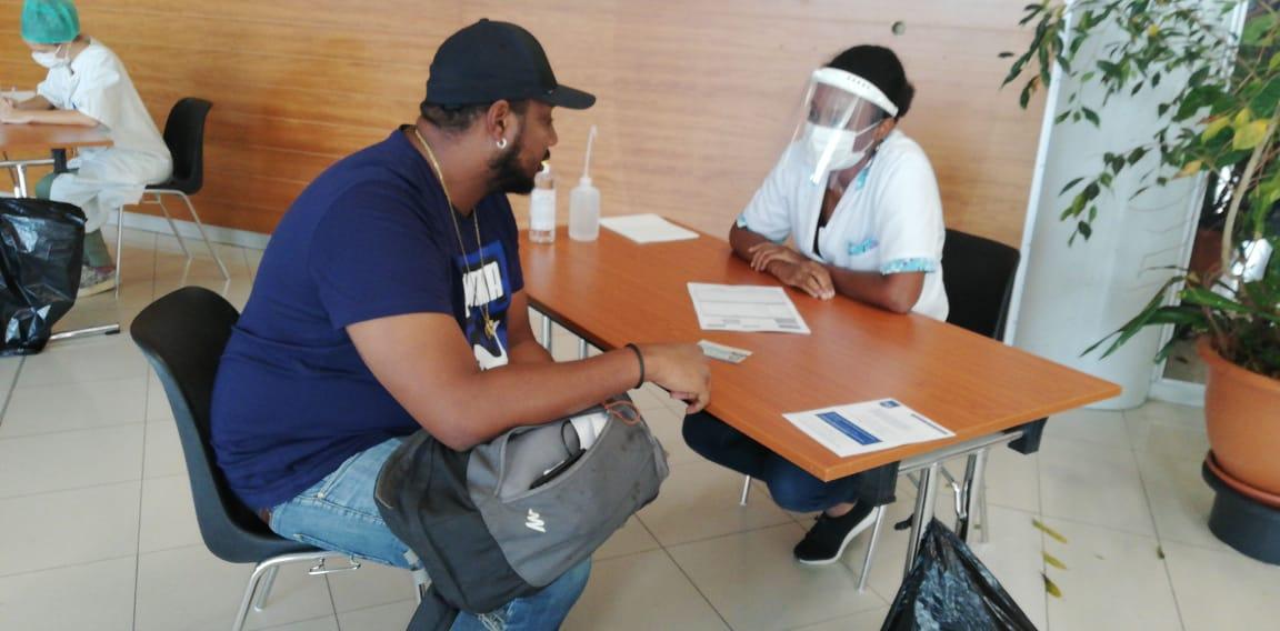 Coronavirus : Contrôle de passagers à l'aéroport Aimé-Césaire