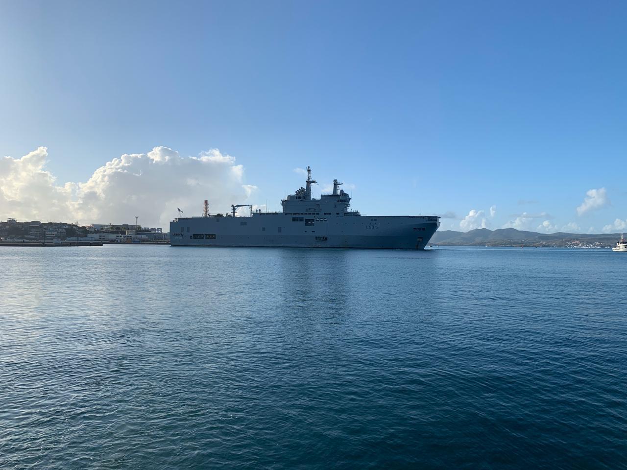 [En images] Le porte-hélicoptères Dixmude au port de Fort-de-France