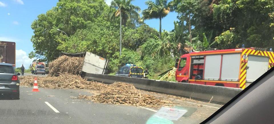 Un camion de canne semi-renversé sur la RN 1