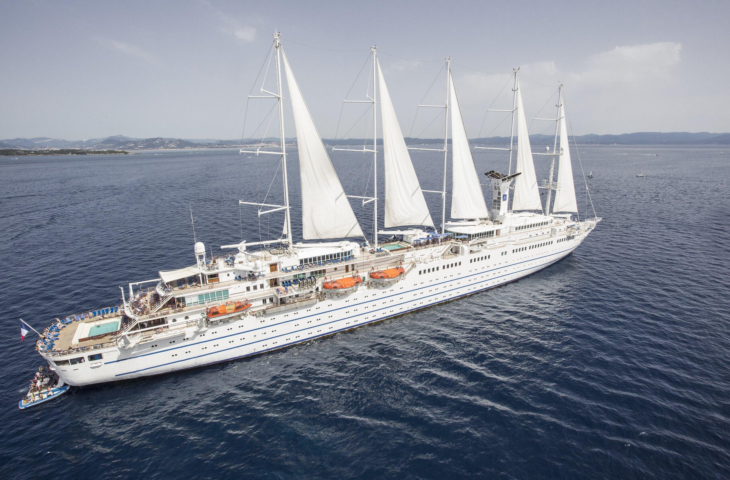 Le bateau de croisière le Club Med 2 quitte la Martinique