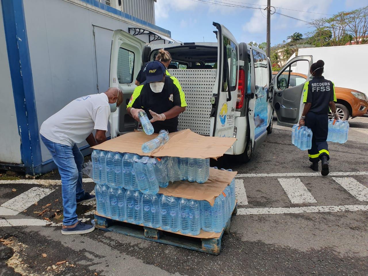 Un don de 80 packs d'eau distribué à des étudiants isolés