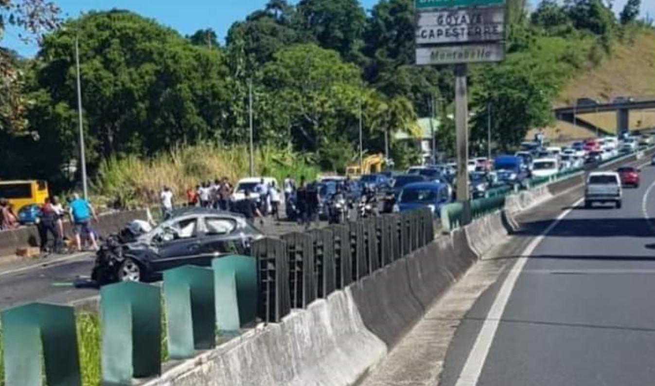 Accident sur la rocade à Petit-Bourg : un jeune homme éjecté