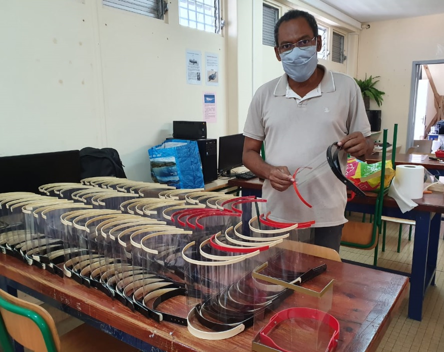 Les enseignants du collège Joseph Pitat confectionnent des visières