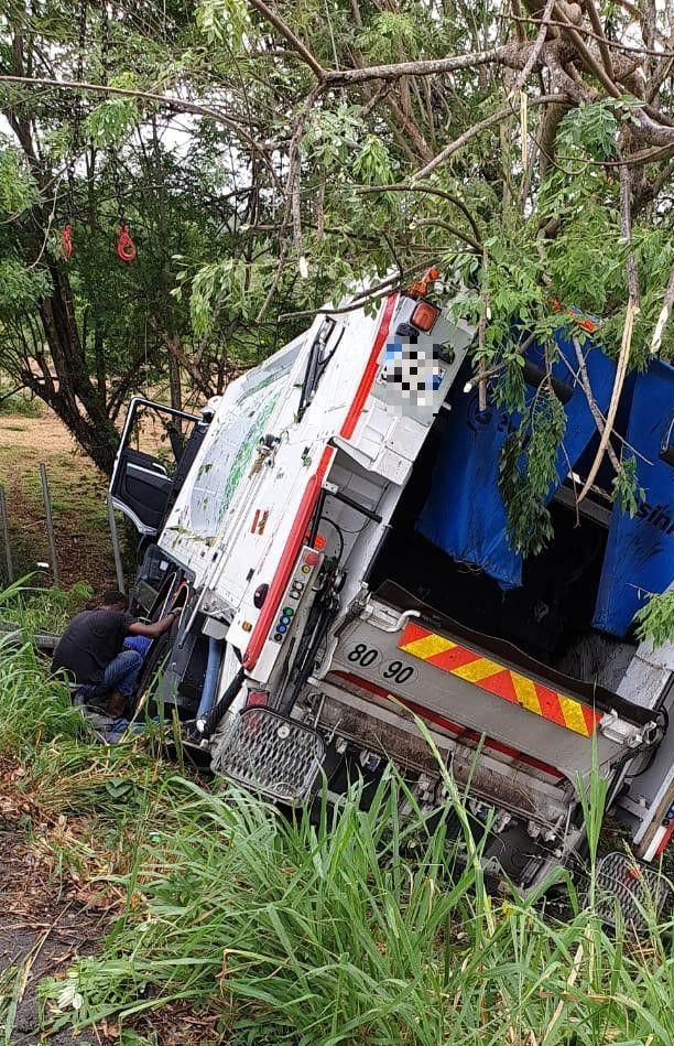 Accident de la route : un camion poubelle renversé