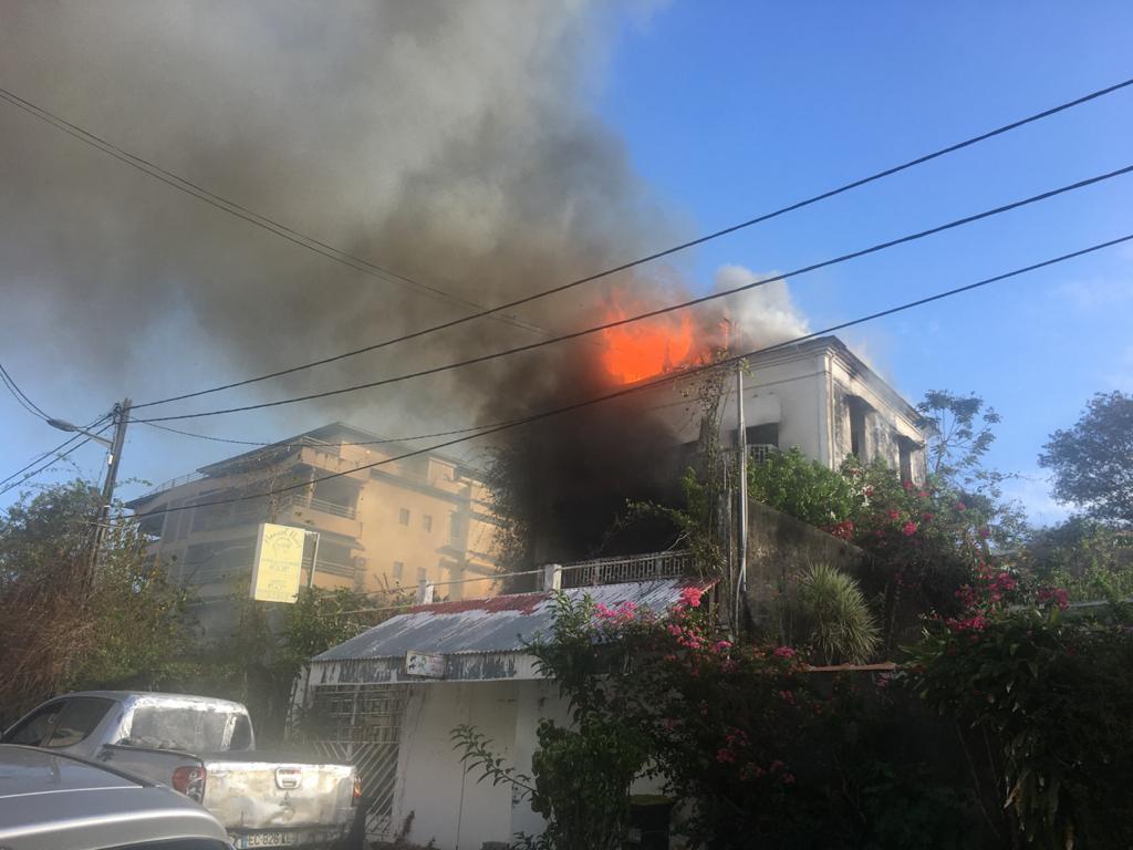 [Vidéos] Une maison inhabitée est la proie des flammes au boulevard de Verdun