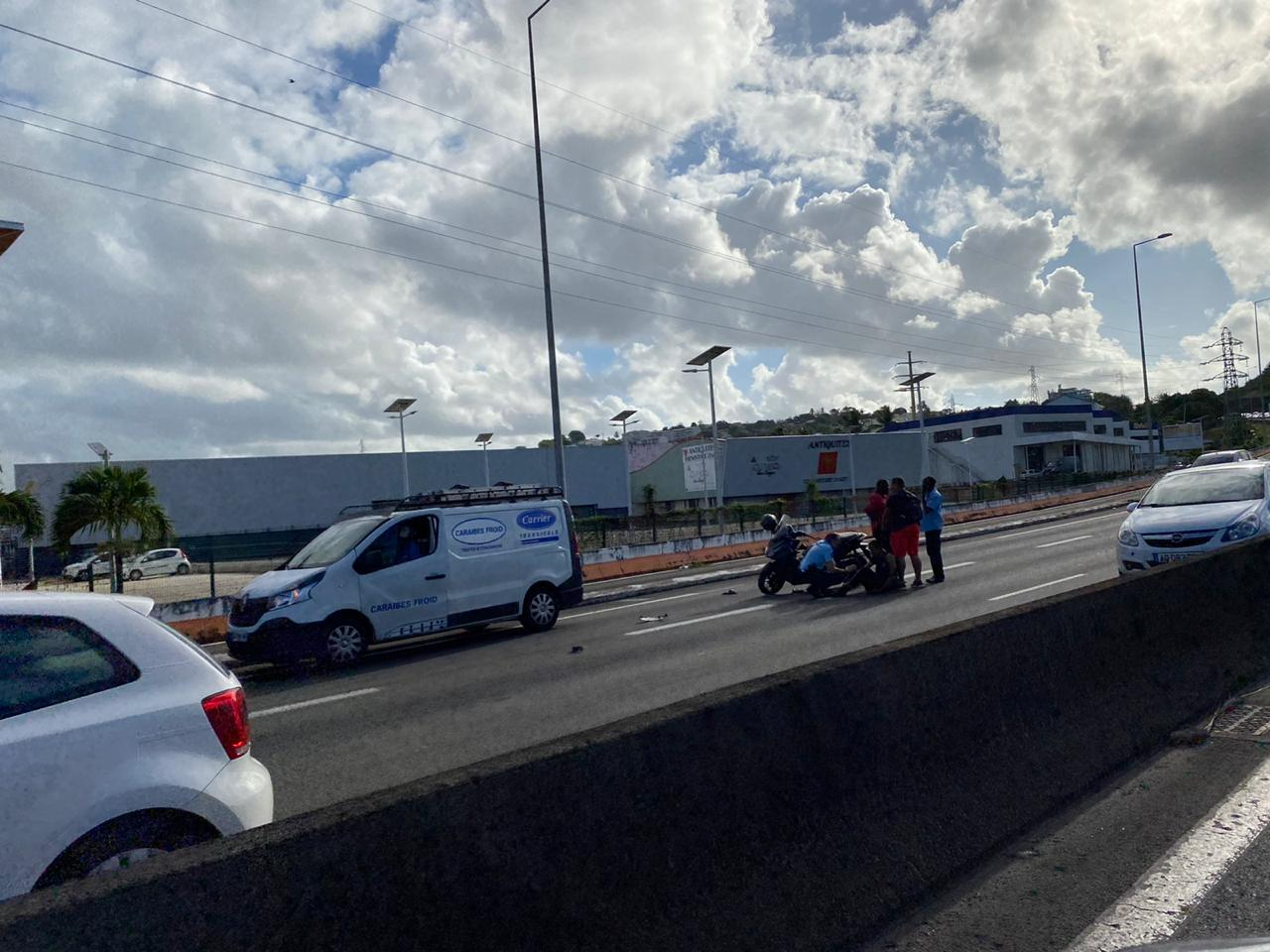 Un accident entre un fourgon et une moto provoque un embouteillage sur l'autoroute