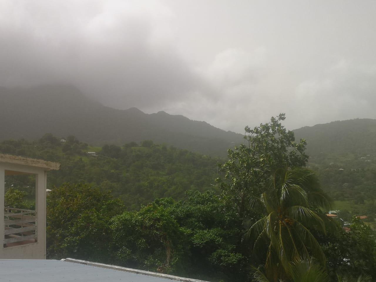 [Photos] Une brume de sable épaisse enveloppe la Martinique