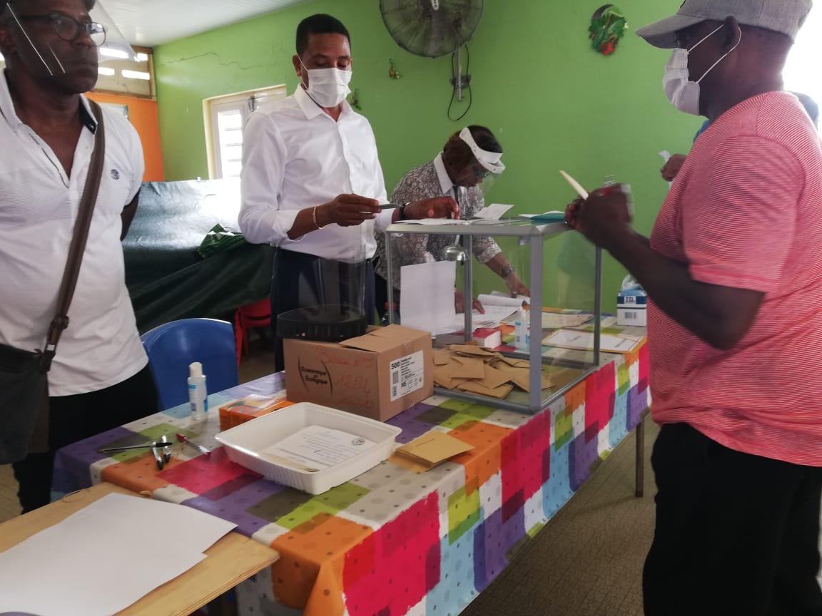 Municipales : les premiers électeurs se sont exprimés (PHOTOS)