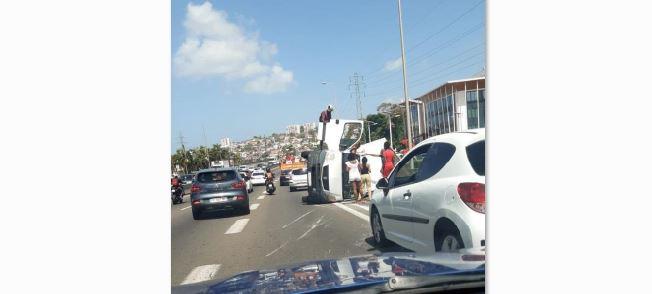 Un véhicule utilitaire se renverse sur l'autoroute